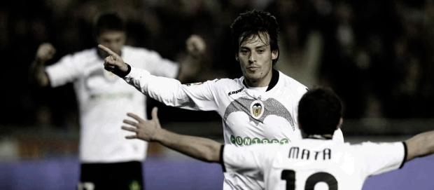 Valencia's midfielder David Silva (C) ce